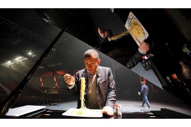 Chaque soir (ici, à Annecy, le jeudi 5novembre),  à 18heures, deuxheures et demie avant son  show, Dany Boon s'offre un plat de spaghettis debout devant le piano à queue sur lequel il répète.