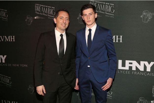 Gad Elmaleh et son fils Noé à New York le 6 février 2016.