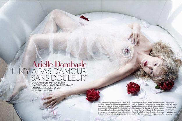 Avant le passage en coulisses, ultime apparition sur la scène d'un canapé blanc... Arielle Dombasle telle qu'elle se r