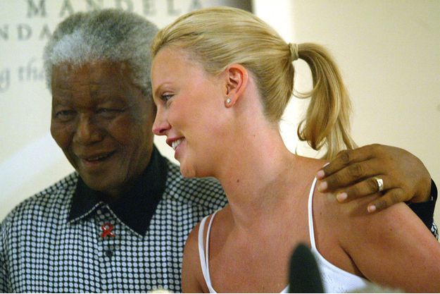 Nelson Mandela et Charlize Theron en mars 2004, en visite à la Nelson Mandela Foundation.