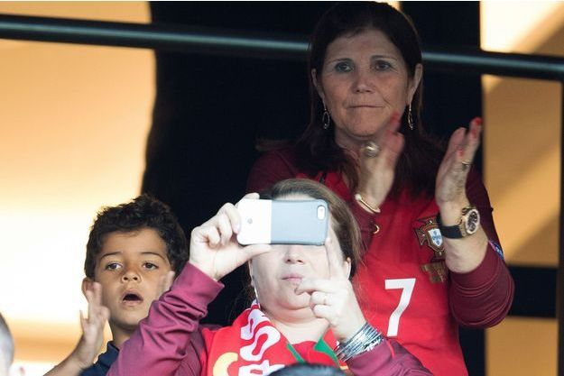 Dolores Aveiro, la mère de Cristiano Ronaldo, et Cristiano Jr., lors de la finale de l'Euro 2016 France - Portugal, le 10 juillet 2016.