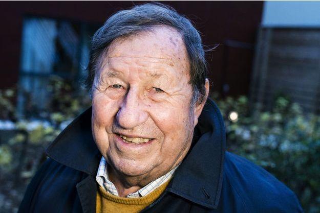 Auteur de «Il n'y a pas que le foot dans  la vie...». A 76 ans,  il entraîne maintenant le FC Dieppe. En médaillon, à gauche, lors du concert des Enfoirés.