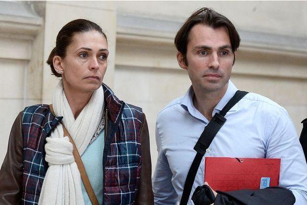 Adeline Blondieau entourée de ses avocats, dont son frère Alexandre Blondieau, lors de l'ouverture de son procès en diffamation contre Amanda Sthers et Johnny Hallyday, le 22 septembre 2015