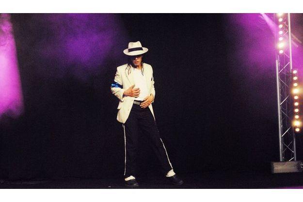 Le spectacle de Mohamed Cheddadi mêlait la magie et la danse aux musiques de Michael Jackson.