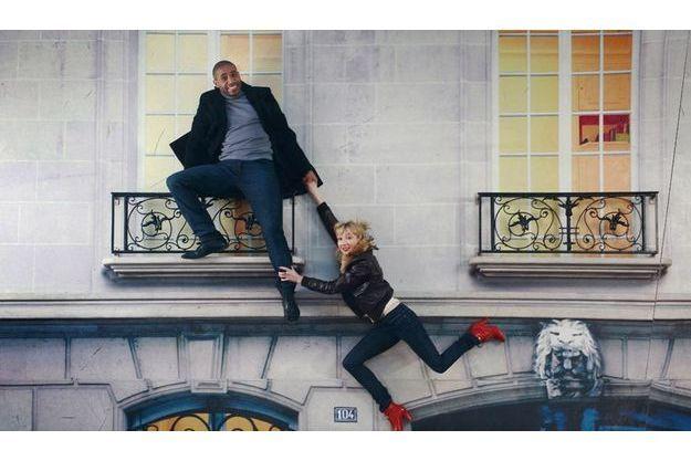 Si Audrey Lamy et Loup-Denis Elion ont le sens de l'équilibre, c'est grâce au talent de l'artiste argentin Leandro Erlich, qui présente son œuvre, « Bâtiment », une façade  à l'horizontale exposée au Centquatre, le centre de création artistique de Paris, dans le XIXe arrondissement, jusqu'au 4 mars.