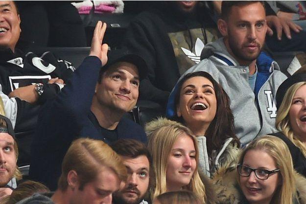 Mila Kunis et Ashton Kutcher au Staples Center le 26 février à Los Angeles