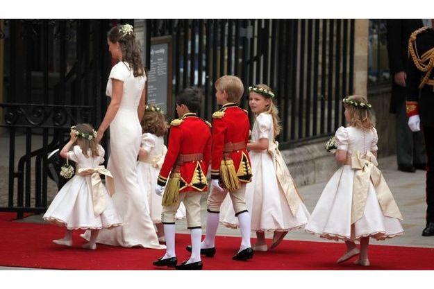 Mariage princier pippa galement en alexander mcqueen for Alexander mcqueen robe de mariage