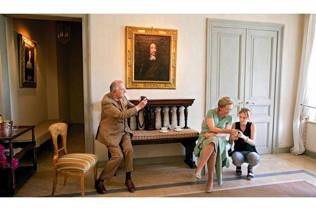 Samedi 2juin, pour l'anniversaire de la princesse Astrid, 50ans, le roi photographie sa femme Paola, l'œil rivé sur l'écran du Smartphone de leur petite-fille Maria Laura.