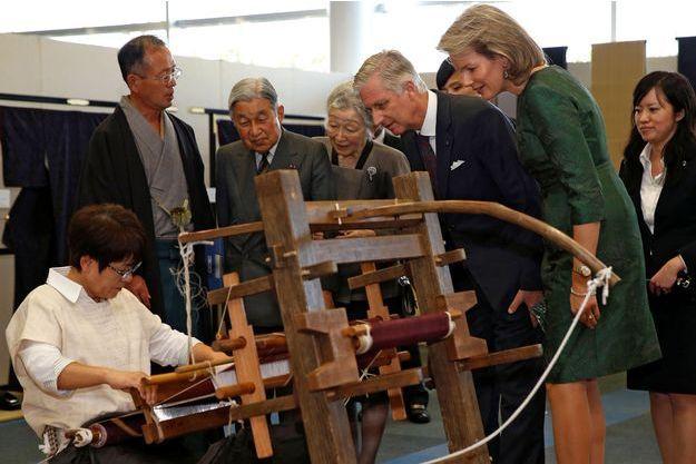 La reine Mathilde et le roi Philippe de Belgique découvrent le Yuki-tsumugi avec l'impératrice Michiko et l'empereur Akihito du Japon à Yuki, le 12 octobre 2016
