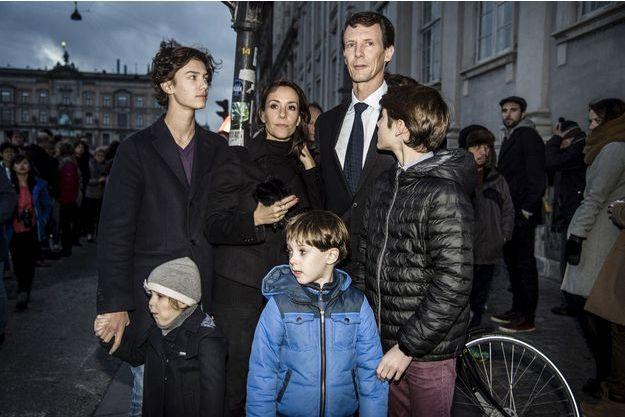 La princesse Marie et le prince Joachim de Danemark avec les princes Nikolai, Felix, Hendrik et la princesse Athena devant l'ambassade de France à Copenhague, le 14 novembre 2015