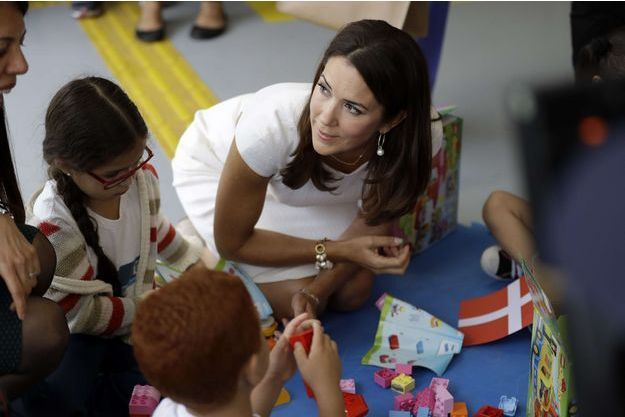 La princesse Mary de Danemark dans une école maternelle d'un bidonville de Rio de Janeiro à laquelle elle a donné des Lego, le 3 août 2016