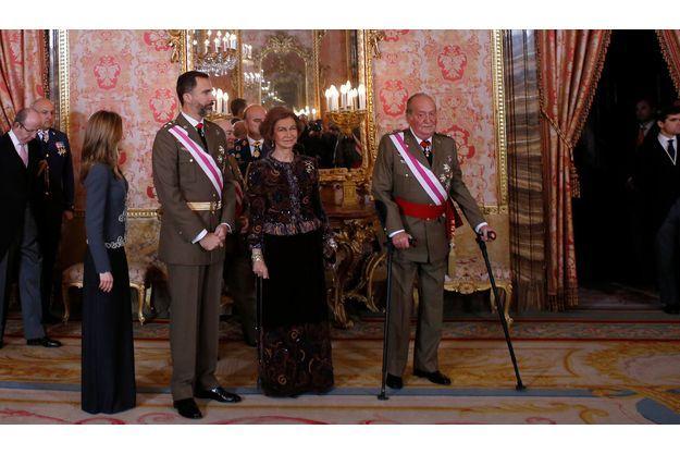 Le 6 janvier 2013, au palais royal, à Madrid. De dr. à g.: le roi Juan Carlos, la reine Sofia, le prince Felipe et la princesse Letizia assistent à la traditionnelle cérémonie militaire de l'Epiphanie.