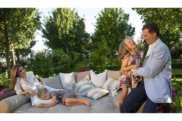 Le 1er août, dans le parc du palais de la Zarzuela, où réside la famille. Felipe et Letizia posent avec Leonor, 6 ans, et Sofia, 5 ans, quelques jours avant de partir en vacances à Majorque.