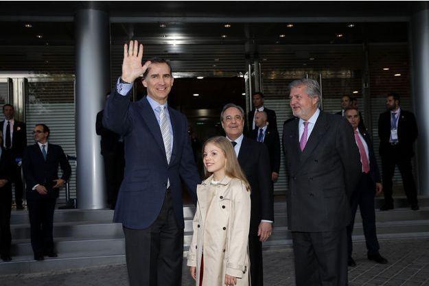 Le roi Felipe VI d'Espagne et sa fille cadette la princesse Sofia au stade Santiago Bernabéu à Madrid, le 4 mai 2016