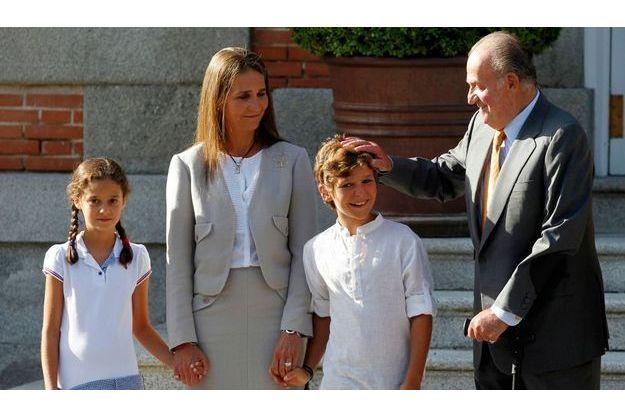 Felipe Juan Froilan, entouré de Juan Carlos, de l'Infante Elena et de Victoria, en août 2011, lors de la viste du pape à Zarzuela.