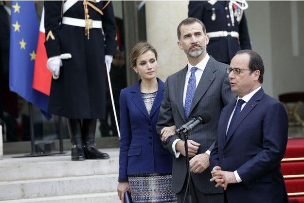 La reine Letizia, le roi d'Espagne Felipe, et le président François Hollande, à l'annonce de l'annulation de la visite sur le perron de l'Elysée, le 24 mars dernier.