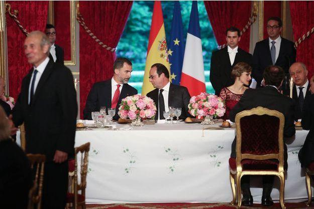 Discussion entre le roi Felipe VI et François Hollande, et entre Letizia et Laurent Fabius, lors du dîner d'Etat donné en l'honneur du couple royal espagnol, mardi 2 juin à l'Elysée.
