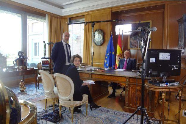 Dans le bureau du roi à la Zarzuela, durant le tournage en février 2014 avec Laurence Debray, Miguel Courtois Paternina et Juan Carlos