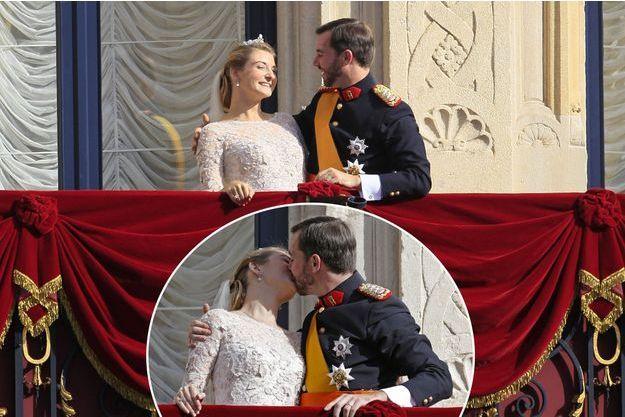 Le prince Guillaume, Grand-Duc héritier du Luxembourg et son épouse la princesse Stéphanie du Luxembourg au balcon du palais, le jour de leur mariage, le 20 octobre 2012.