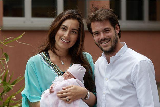 Claire et Félix du Luxembourg avec la petite Amalia, à la sortie de la maternité, le 17 juin 2014.