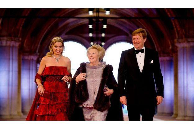 Maxima, Beatrix et Willem-Alexander à leur arrivée au Rijksmuseum, lundi soir.