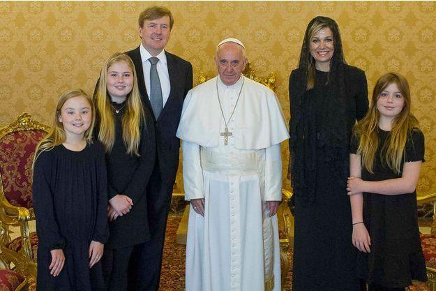 La reine Maxima, le roi Willem-Alexander des Pays-Bas et leurs trois filles avec le pape François au Vatican, le 25 avril 2016