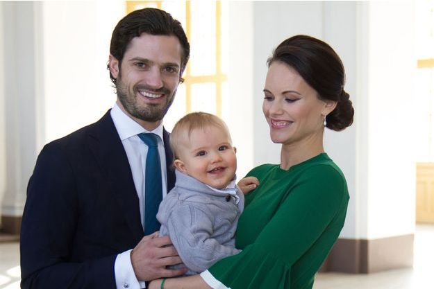 La princesse Sofia, née Hellqvist, et le prince Carl Philip de Suède avec leur fils le prince Alexander en mars 2017