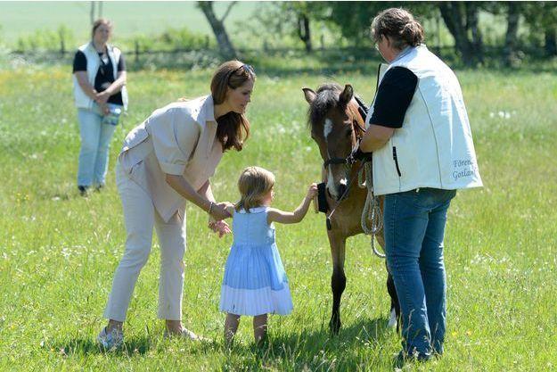 Avec sa mère la princesse Madeleine de Suède, la princesse Leonore découvre son poney Gotland à Visby, le 3 juin 2016