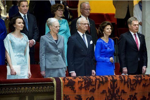 La reine Margrethe II de Danemark à un concert à Stockhom avec le roi Carl XVI Gustaf et la reine Sivia de Suède, encadrés par le président de Finlande et sa femme