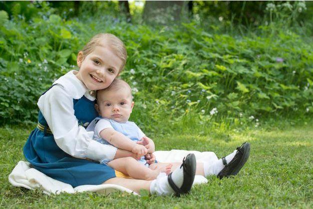 La princesse Estelle de Suède et son petit frère le prince Oscar, en juin 2016