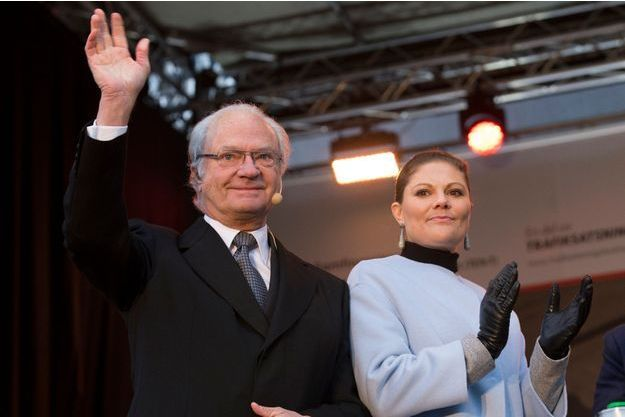 Le roi de Suède Carl XVI Gustaf et sa fille la princesse héritière Victoria à Stockholm, le 30 novembre 2014.