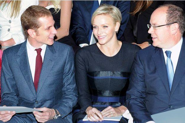 Samedi 18 mai, à Monaco, avant la présentation de la collection Croisière de Dior. Charlène, vêtue d'unerobe Dior créée spécialement pour elle par Raf Simons, entre Andrea, le fils de Caroline, tout jeune papa, et Albert.