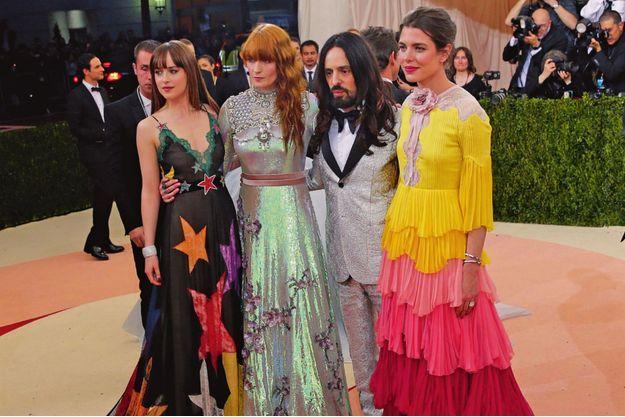 Arrivée au gala du musée du Costume du Met, le 2 mai. De g. à dr. : l'actrice Dakota Johnson, la chanteuse Florence Welch et Alessandro Michele, directeur artistique de Gucci.
