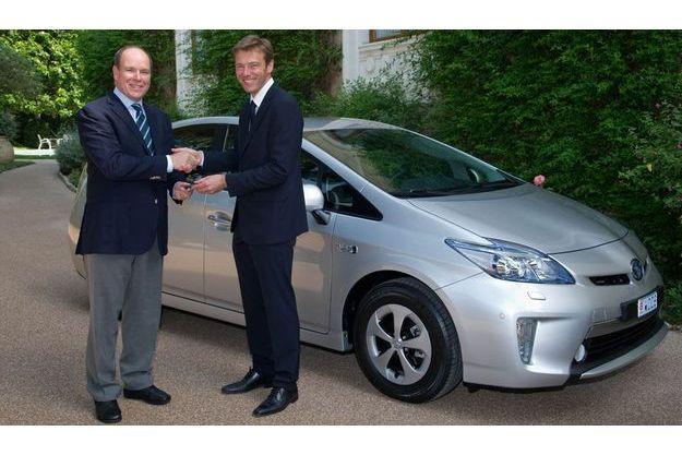 Le Prince Albert II et Pascal Ruch, patron de Toyota France, devant la nouvelle Prius rechargeable.