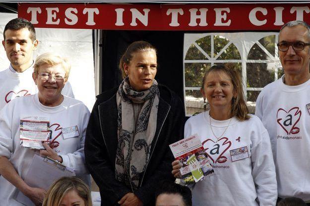 La princesse Stéphanie de Monaco a rejoint les bénévoles de Fight Aids Monaco pour l'opération «Test in the city» à Monaco, le 25 novembre 2015