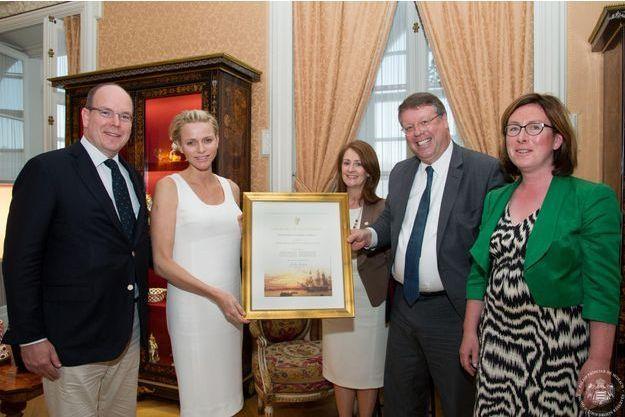 Charlène recevait son arbre généalogique de l'ambassadeur irlandais.