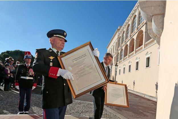 Les titres de Jacques et de Gabriella figurent sur les proclamations en français et en anglais affichées sur le palais princier de Monaco, le 11 décembre 2014