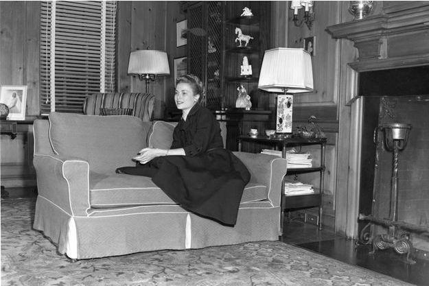 Grace Kelly poste en 1952 dans une pièce de la maison de ses parents.
