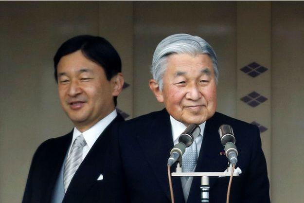 L'Empereur Akihito du Japon, devant son fils le prince héritier Naruhito, en janvier 2015.