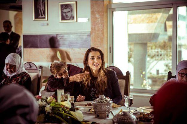 La reine Rania lors du déjeuner qu'elle a organisé pour des mères âgées à Amman, le 20 mars 2015
