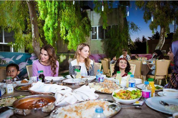 La reine Rania de Jordanie et sa fille aînée la princesse Iman à la Al Hussein Social Foundation à Amman, le 20 juin 2016