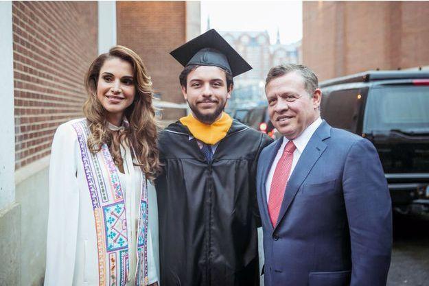 La reine Rania et le roi Abdallah II de Jordanie avec leur fils le prince Hussein à l'université de Georgetown à Washington, le 21 mai 2016