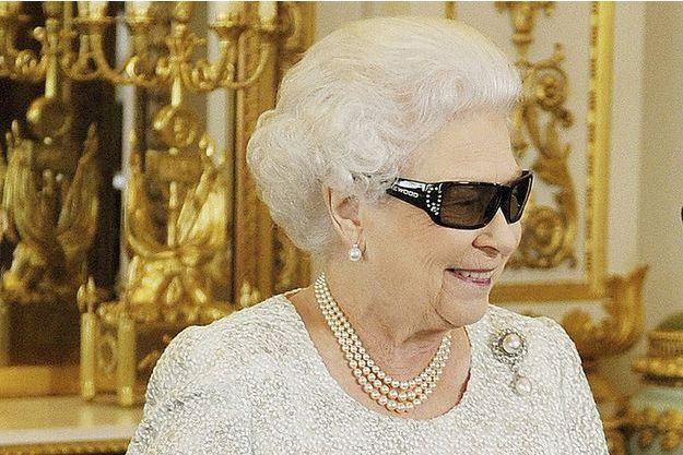La reine Elizabeth II porte des lunettes 3D pour son message de Noël en 2012.
