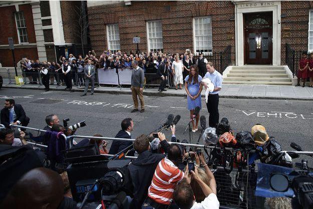 La duchesse de Cambridge, née Kate Middleton, et le prince William, photographiés devant la maternité, après la naissance du prince George.
