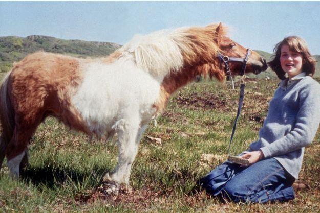 La jeune Diana âgée de 14 ans avec son poney Scuffle. Elle n'est encore qu'une timide adolescente, troisième fille de lord Edward Spencer, vicomte Althorp.