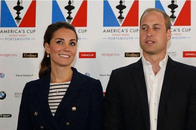 La duchesse de Cambridge Kate et le prince William lors de la deuxième journée de la 35e Coupe de l'America à Portsmouth, le 26 juillet 2015