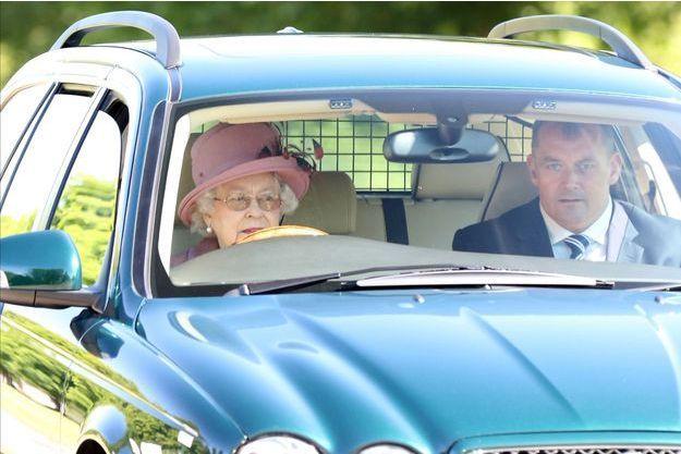 La reine Elizabeth II au volant de sa Jaguar dans le Grand Parc de Windsor, en juillet 2015