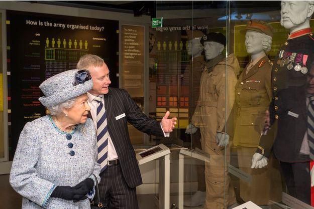 La reine Elizabeth II retrouve son ancien uniforme exposé au National Army Museum à Londres, le 17 mars 2017