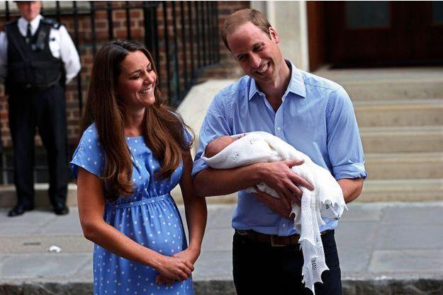 Mardi 23 juillet, à 19 h 13, heure de Londres. Les heureux parents sortent de l'hôpital St Mary avec leur baby boy.