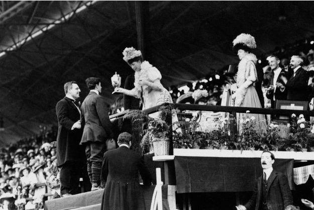 La reine Alexandra, épouse d'Edward VII, remet une coupe spéciale en or à Dorando Pietri, vainqueur disqualifié du marathon, aux JO de Londres en 1908